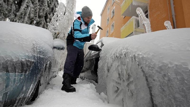 Перед тем как ездить на автомате зимой, надо откопать автомобиль