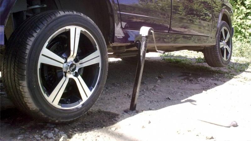 Как правильно установить домкрат, чтобы поменять колесо на машине