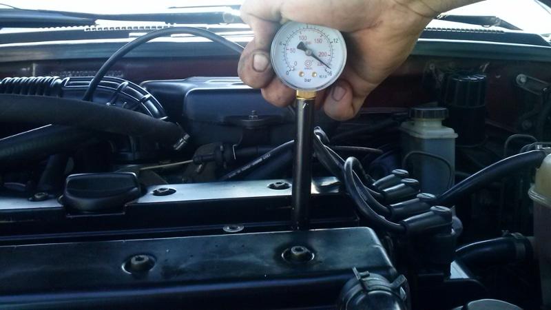 Как проверить компрессию в двигателе с помощью компрессометра