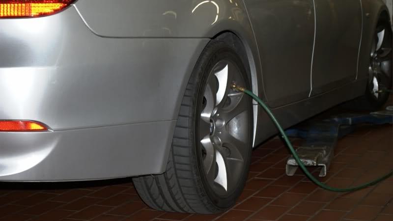Накачивать шины нужно соблюдая рекомендации производителя автомобиля, но не превышть при этом максимально допустимое давление,указанное на покрышках