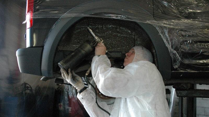 Обработка антикором колесных арок при помощи распылителя и компрессора