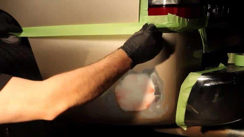 Неокрашиваемые поверхности защищают скотчем