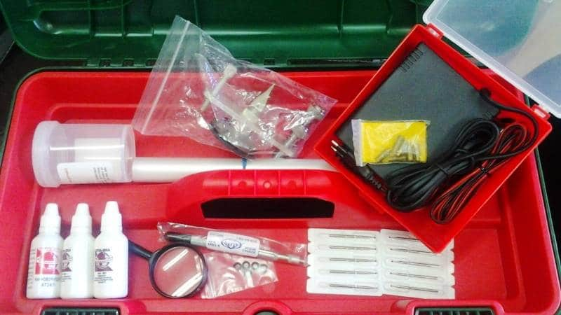 Фото набора инструмента и материалов, позволяющего выполнить ремонт стекол автомобиля
