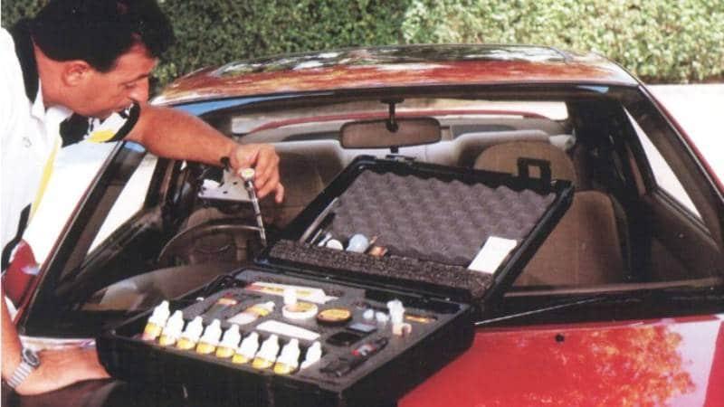 Фото автолюбителя, производящего ремонт стекол автомобиля своими руками