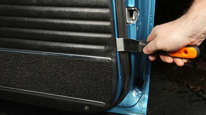 Шумоизоляция дверей начинается с демонтажа обшивки
