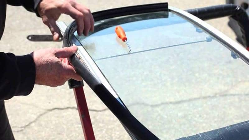 Установка уплотнителя на лобовое стекло