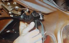 как дешево сделать электропривод замка багажника