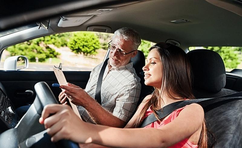 как можно быстро научиться водить машину женщине