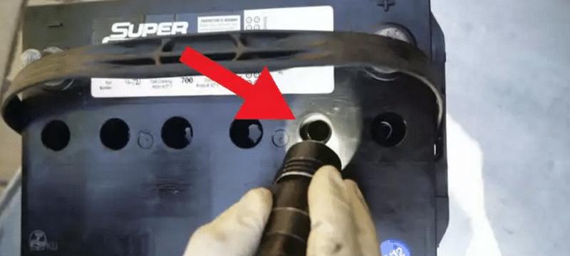 сколько должно быть электролита в автомобильном аккумуляторе