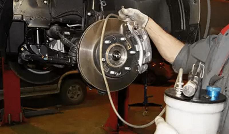 как делается замена тормозной жидкости своими руками