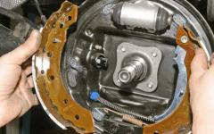 как правильно заменить задние тормозные колодки на Рено