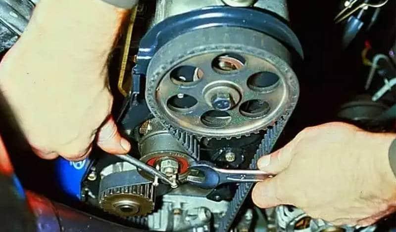 как проводится замена ролика натяжителя ремня генератора