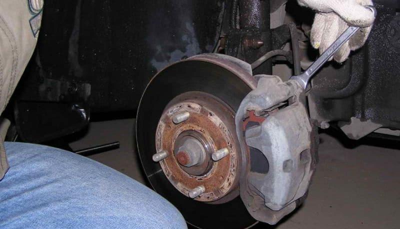 Проверить износ тормозных колодок