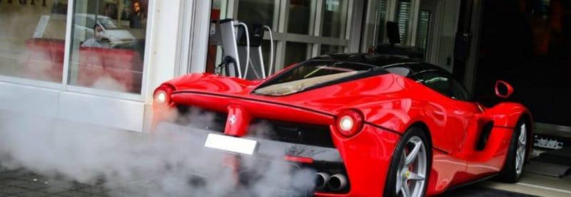 почему идет белый дым из выхлопной трубы на прогретом двигателе