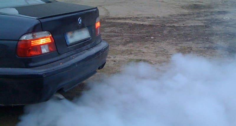 когда бывает синий дым из выхлопной трубы бензинового двигателя