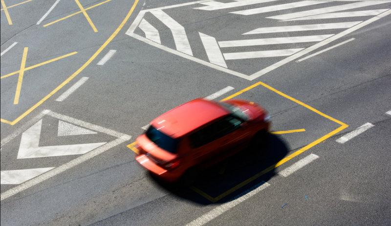 что главнее на дороге знак или разметка