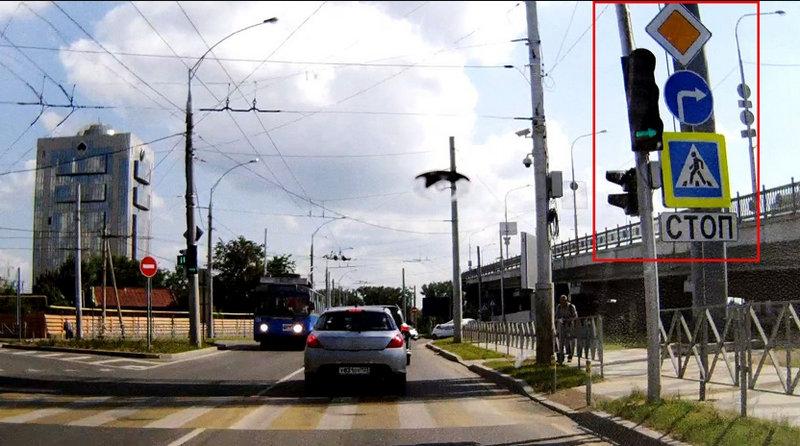 какое действие знака «Главная дорога» при работающем светофоре