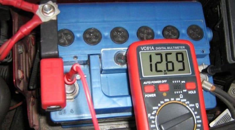сколько вольт должен показывать заряженный аккумулятор без нагрузки