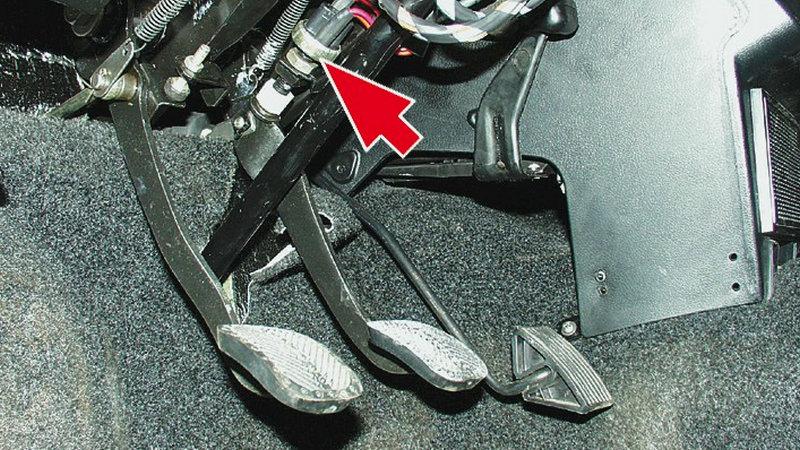 почему педаль тормоза проваливается в пол