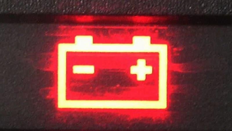 когда горит значок аккумулятора на панели приборов