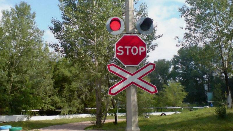где ставят знак «Движение без остановки запрещено»